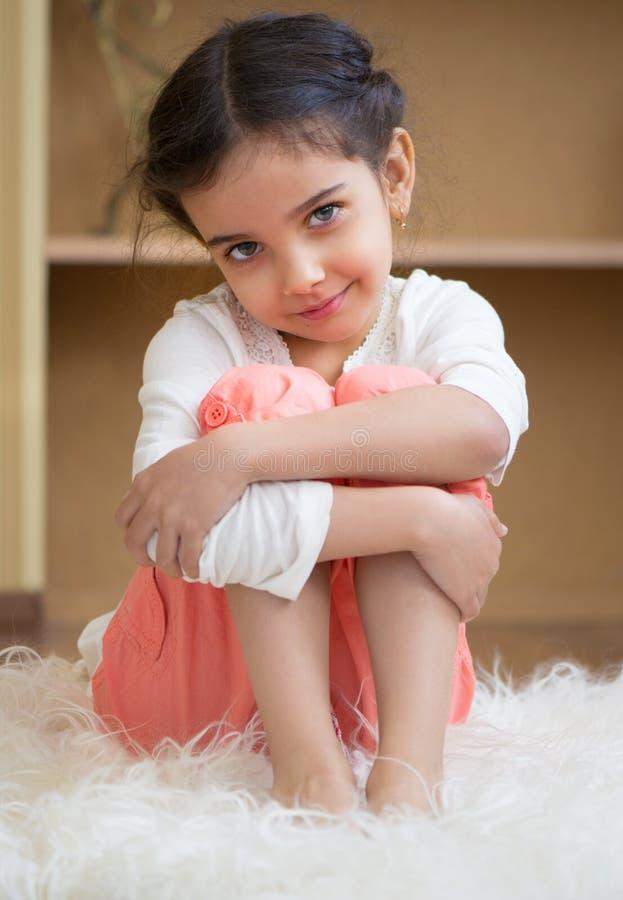 Stående av den gulliga lilla latinamerikanska flickan arkivbild