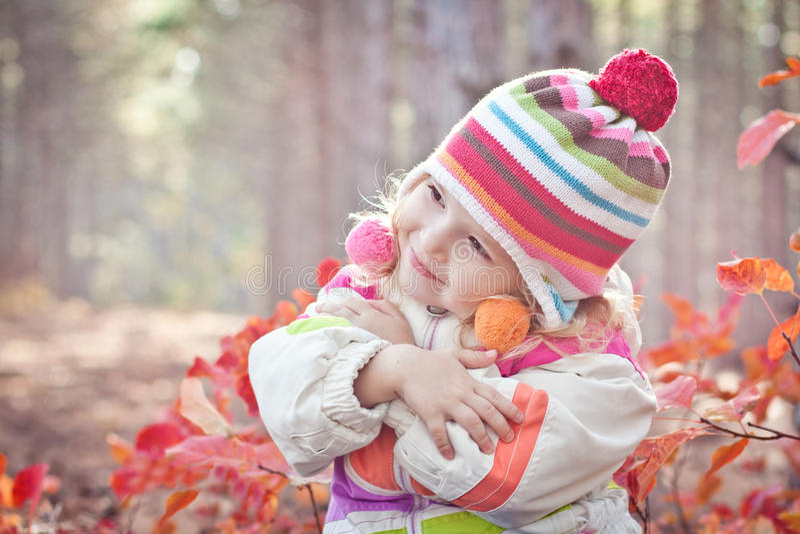 Stående av den gulliga litet barnflickan i träna fotografering för bildbyråer