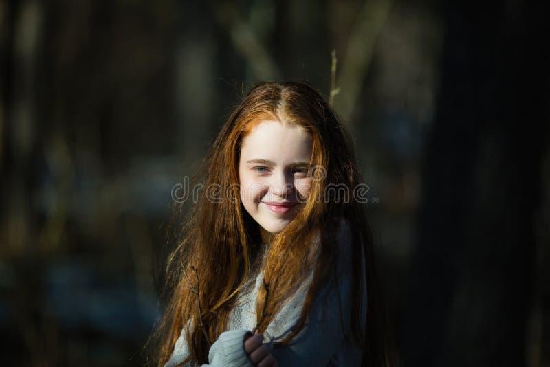 Stående av den gulliga lyckliga tonåriga flickan utomhus arkivbild