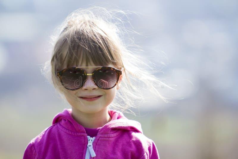 Stående av den gulliga nätta lilla blonda förskole- flickan i rosa swea fotografering för bildbyråer