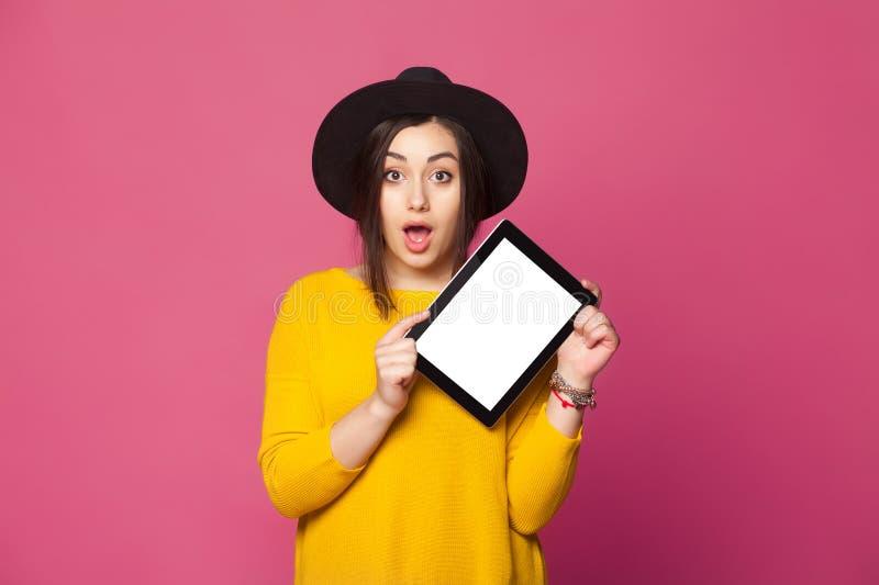 Stående av den häpna för visningminnestavla för ung kvinna skärmen royaltyfri foto