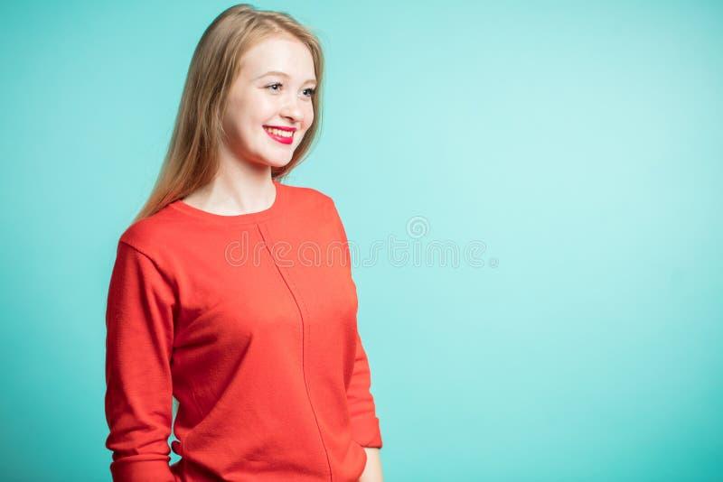 Stående av den häpna unga kvinnan som bort ser med ett leende Uttrycksfulla ansiktsuttryck, sinnesrörelser arkivfoto