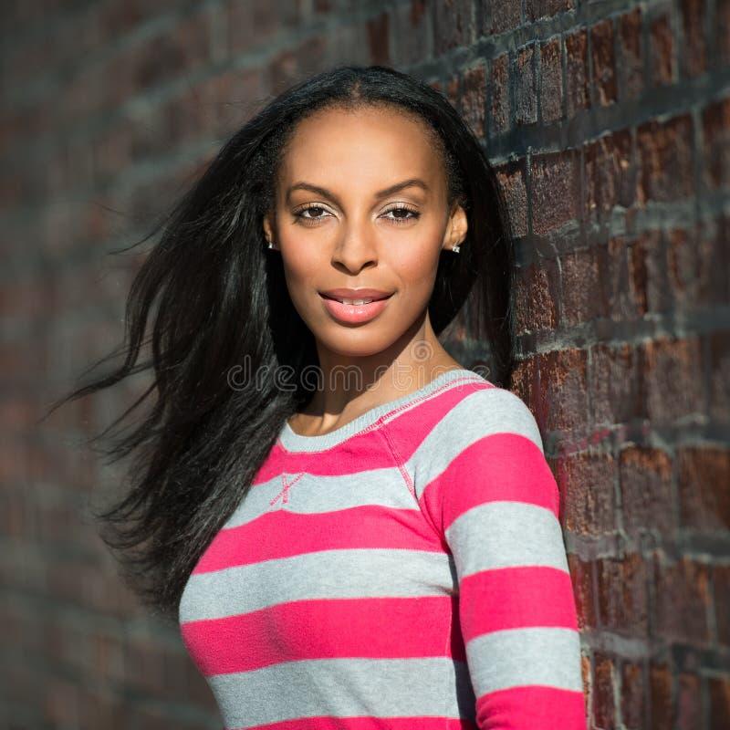 Stående av den härliga afrikansk amerikanmodellkvinnan arkivfoto