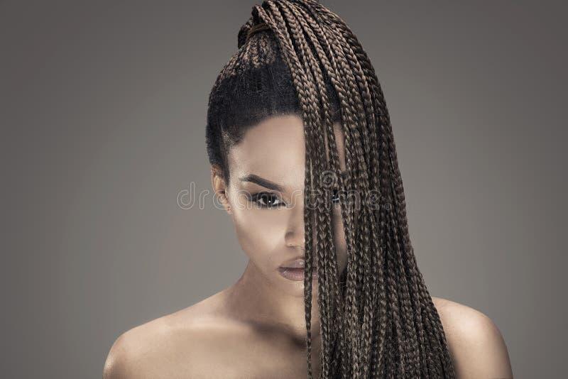 Stående av den härliga afrikanska flickan royaltyfri fotografi