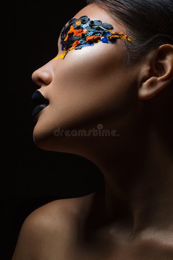 Stående av den härliga asiatiska flickan med idérik konstmakeup med ljusa färger royaltyfria foton