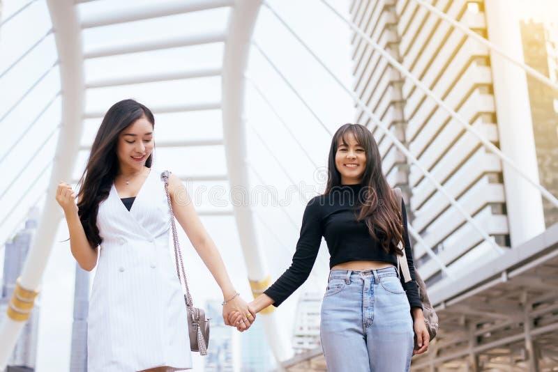Stående av den härliga asiatiska kvinnan för par som tillsammans som går i mittstaden är lycklig och leende fotografering för bildbyråer