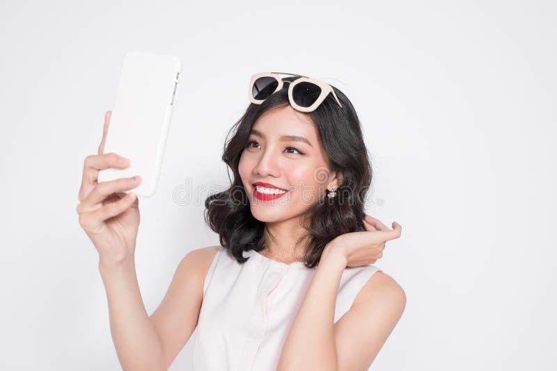Stående av den härliga asiatiska trendiga flickan som tar selfie arkivbild