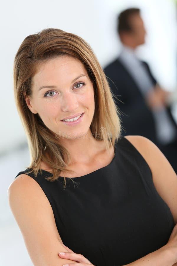 Stående av den härliga attraktiva affärskvinnan royaltyfri bild