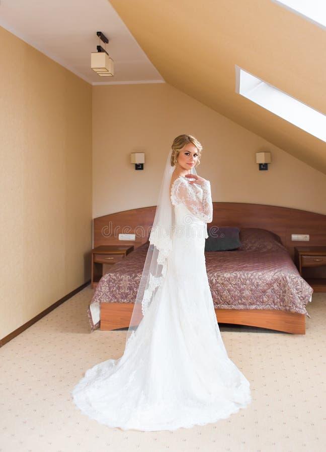 Stående av den härliga attraktiva bruden bröllop för klänningfragmentbeställning fotografering för bildbyråer