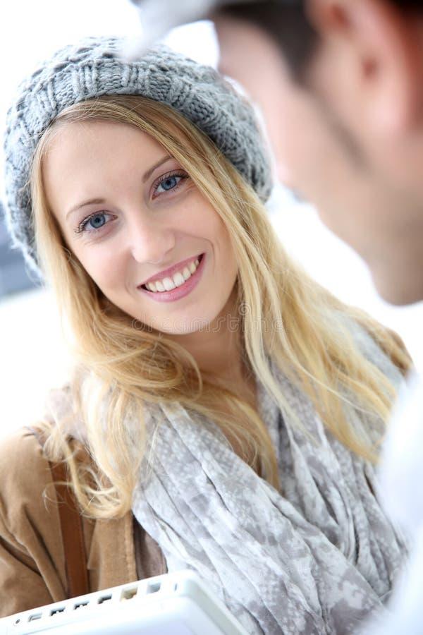 Stående av den härliga bärande barreten för ung kvinna royaltyfri fotografi