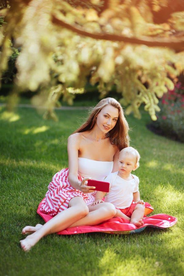 Stående av den härliga barnmodern med hennes son royaltyfria foton