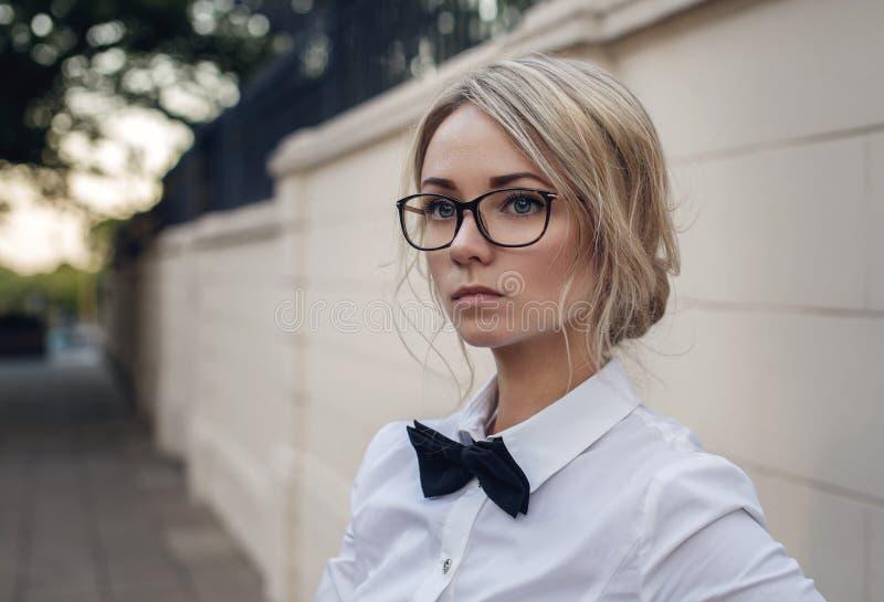 Stående av den härliga blonda flickan i exponeringsglas arkivbild