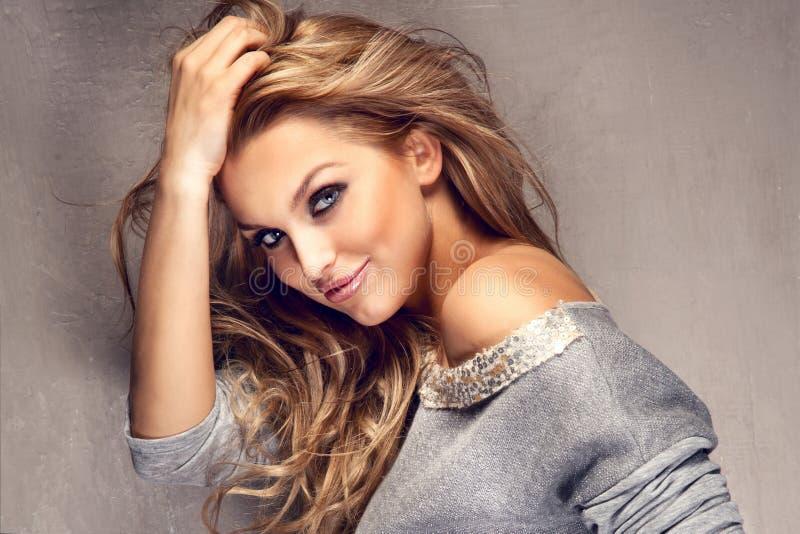 Stående av den härliga blonda flickan med långt hår arkivfoton