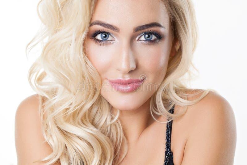 Stående av den härliga blonda flickan med sund perfekt ren hud, stora blåa ögon, långa ögonfrans Naturlig look studio royaltyfri foto