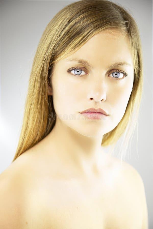 Stående av den härliga blonda kvinnan med blåa ögon royaltyfria bilder