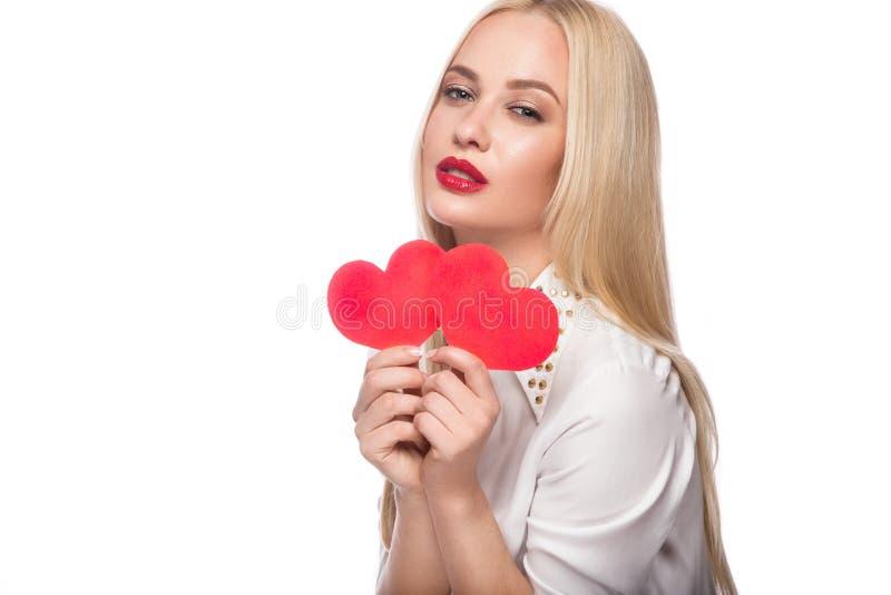 Stående av den härliga blonda kvinnan med ljus makeup och röd hjärta i hand red steg arkivfoton
