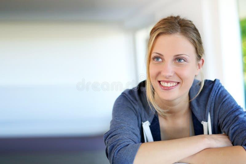 Stående av den härliga blonda kvinnan på soffan royaltyfri bild