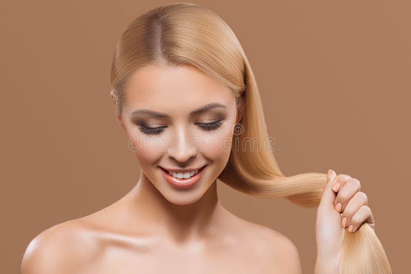 stående av den härliga blonda långa hårflickan med stängda ögon royaltyfri foto