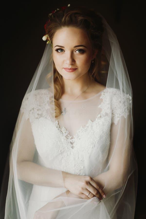 Stående av den härliga bruden, blond brud i elegant vit weddi fotografering för bildbyråer