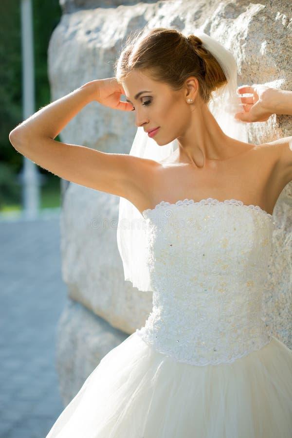 Stående av den härliga bruden i parkera _ royaltyfria bilder