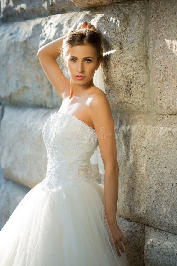 Stående av den härliga bruden i parkera _ royaltyfri fotografi