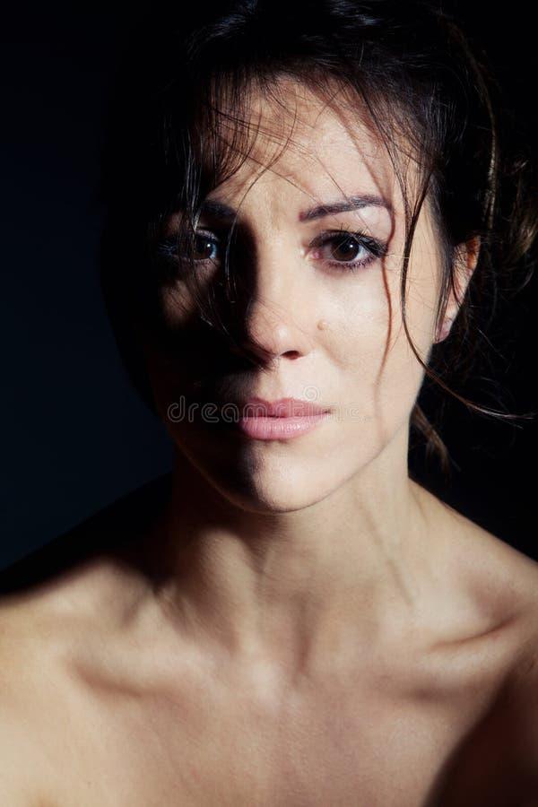 Stående av den härliga brunettkvinnan arkivfoton
