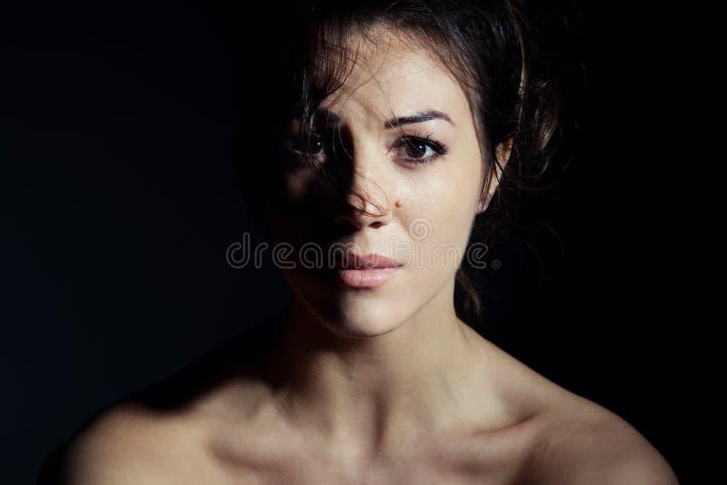 Stående av den härliga brunettkvinnan royaltyfri foto