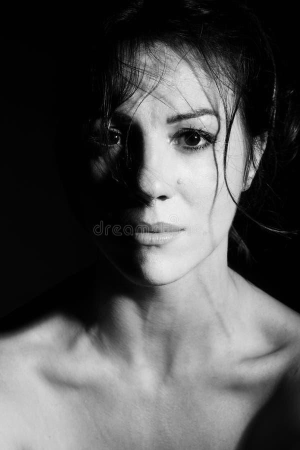 Stående av den härliga brunettkvinnan fotografering för bildbyråer