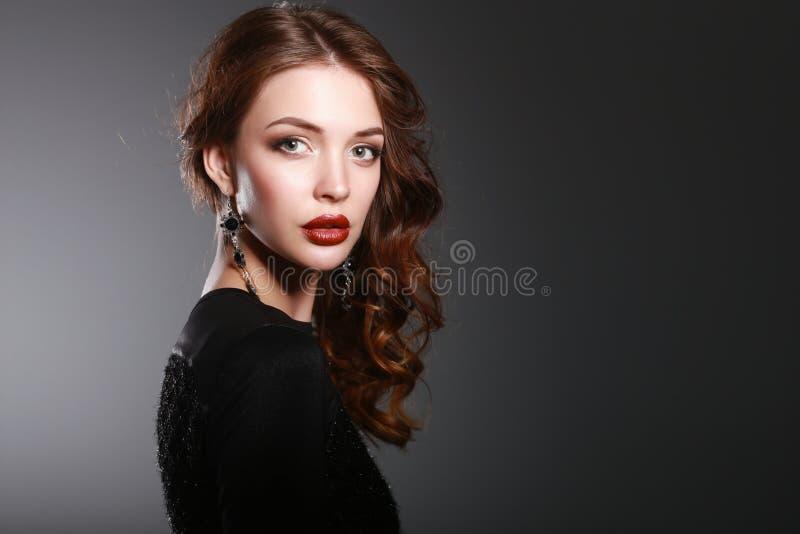 Stående av den härliga brunettkvinnan i svart royaltyfri foto