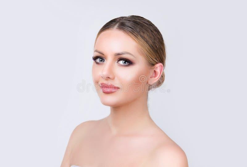 Stående av den härliga charmiga unga kvinnan med perfekt hud arkivbild
