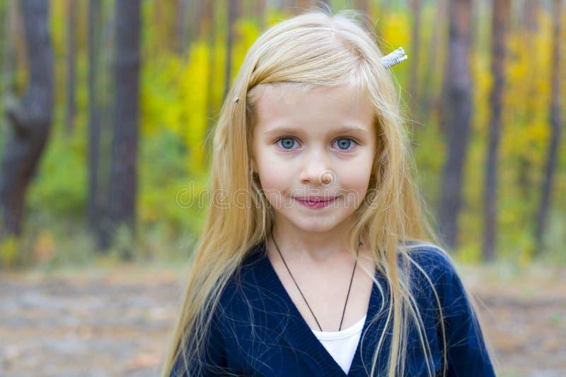 Stående av den härliga femåriga flickan arkivfoton