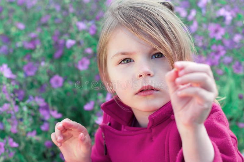 Stående av den härliga flickanärbilden Liten flicka i den mellersta nollan arkivfoton