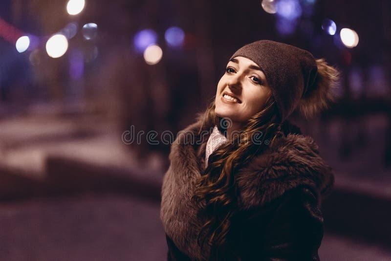 Stående av den härliga flickan i hatt- och pälslagnatt royaltyfri fotografi