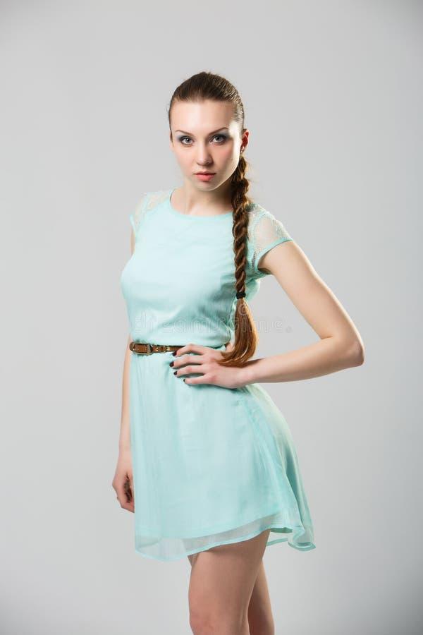 Stående av den härliga flickan med det perfekta långa skinande studioskottet för blont hår royaltyfria bilder