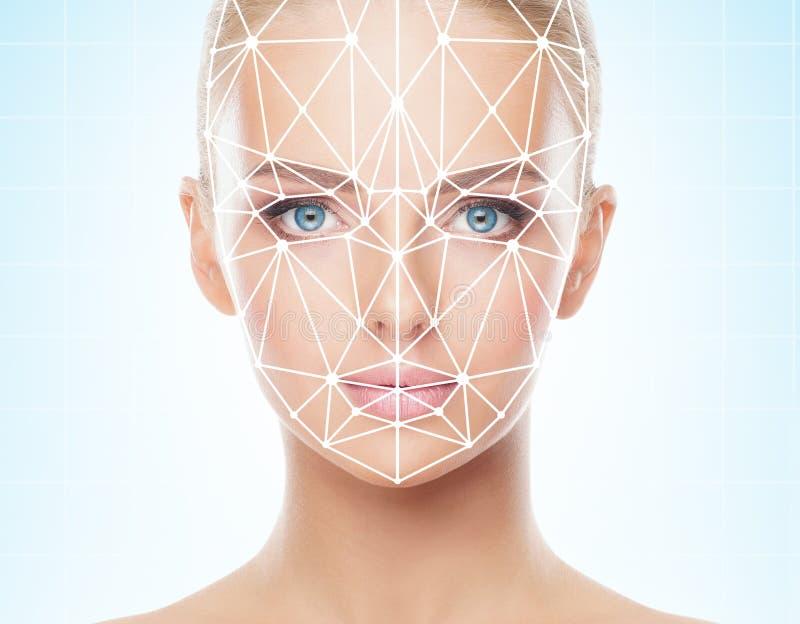 Stående av den härliga flickan med ett scnanning raster på hennes framsida Kvinna med framsidaID-bildläsaren Biometric verifikati royaltyfri foto