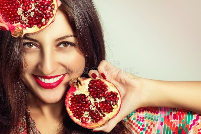 Stående av den härliga flickan med granatäpplet arkivfoto