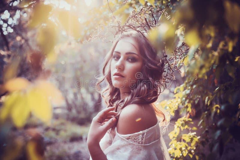 Stående av den härliga flickan med magiska ögon arkivfoton