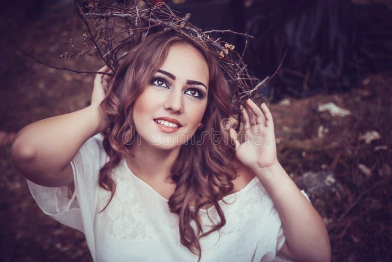 Stående av den härliga flickan med magiska ögon royaltyfri foto