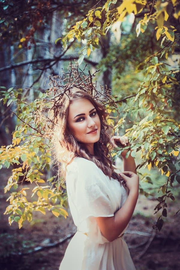 Stående av den härliga flickan med magiska ögon royaltyfria bilder