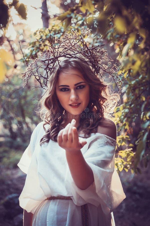 Stående av den härliga flickan med magiska ögon royaltyfri fotografi