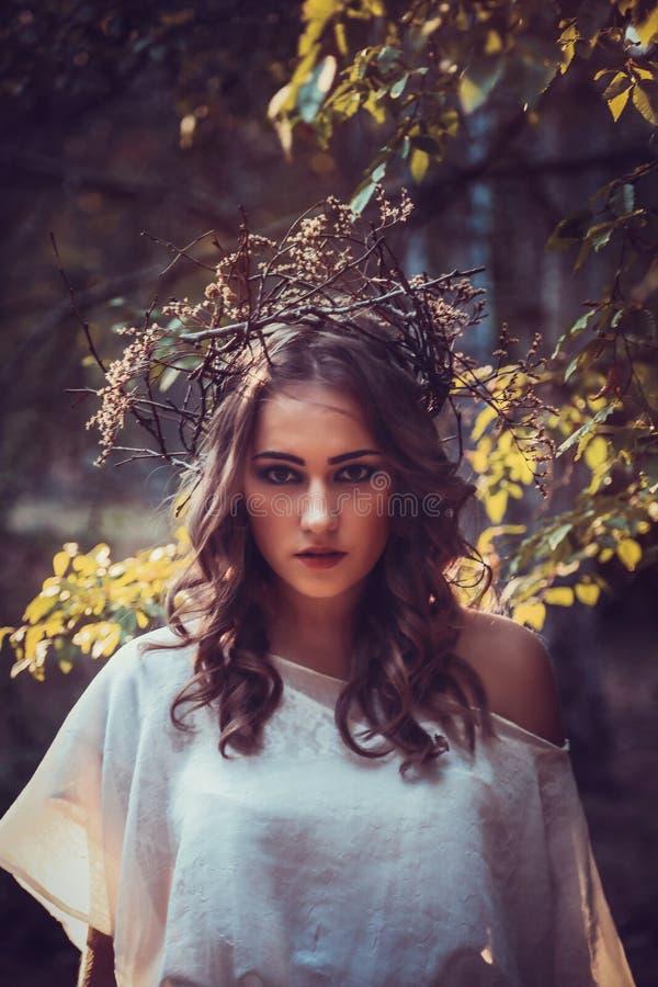 Stående av den härliga flickan med magiska ögon i klänning royaltyfri fotografi