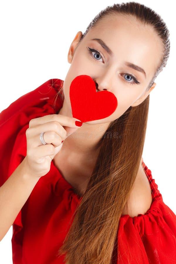Stående av den härliga flickan med röd hjärta arkivfoton