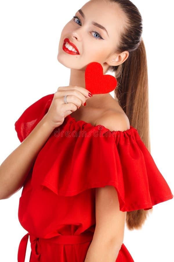Stående av den härliga flickan med röd hjärta arkivbilder