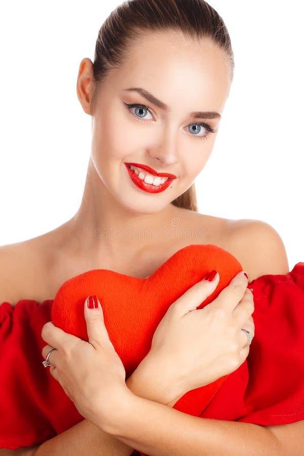 Stående av den härliga flickan med röd hjärta royaltyfria bilder