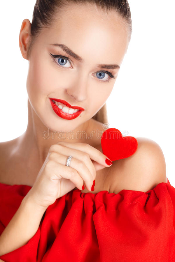 Stående av den härliga flickan med röd hjärta fotografering för bildbyråer