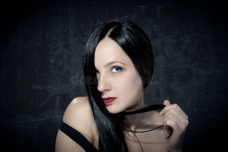 Stående av den härliga flickan med svarta hår arkivbilder