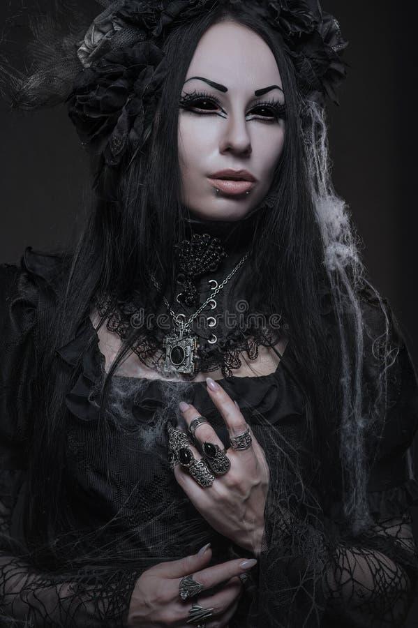 Stående av den härliga gotiska kvinnan i mörk klänning fotografering för bildbyråer
