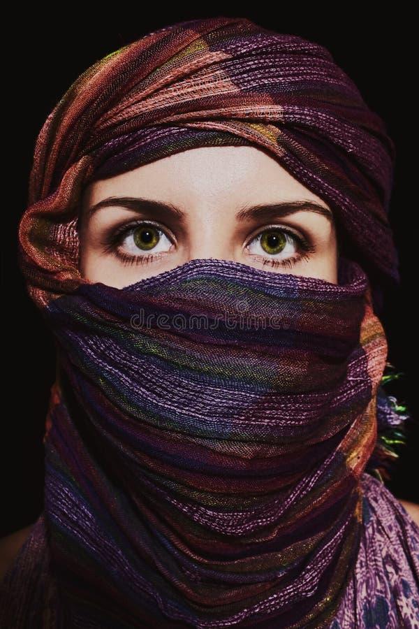 Stående av den härliga grönögda kvinnan i hijab royaltyfri foto