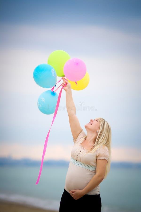Stående av den härliga gravida kvinnan arkivfoto