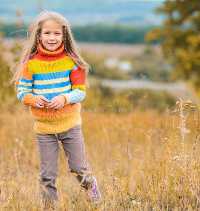 stående av den härliga gulliga flickan i kläder arkivbilder